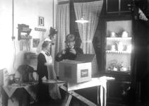 10024 FDHEEMAF002153 Demonstratie straalkachel Glittering Glow in toonkamer, 1922-02-01