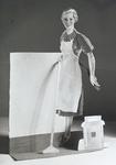1147 FDHEEMAF053706 Reclameplaat met etalagefiguur Het HEEMAF stofzuigermeisje , 1937-11-11