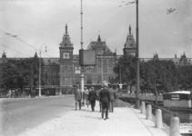 11721 FDHEEMAF020746 HEEMAF reclame aan lichtmast op de brug voor het Centraal Station in Amsterdam, 1930-08-10