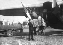 12909 FDHEEMAF020821 Laden HEEMAF motoren in vliegtuig op Waalhaven bij Rotterdam voor transport naar Berlijn, 1930-09-01