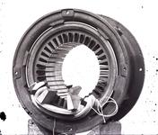 13732 FDHEEMAF020346 Diverse stadia tijdens het wikkelen van de stator van motor van het type NK 4. Inleggen tweede ...
