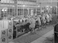 16190 FDHEEMAF3712009 Overzicht van de afdeling Stofzuigermontage, 1937-12-01