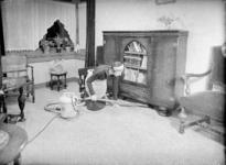 1648 FDHEEMAF053152 HEEMAF stofzuiger in gebruik door mejuffrouw Mies Breesnee ten huize van de heer Rottink in de ...