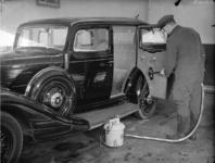 1652 FDHEEMAF053156 HEEMAF stofzuiger in gebruik ten huize van de heer Rottink in de Deldenerstraat te Hengelo, 1937-01-24