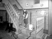1666 FDHEEMAF053170 HEEMAF stofzuiger in gebruik door mejuffrouw Mies Breesnee ten huize van de heer Rottink in de ...