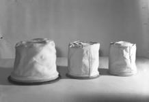 1682 FDHEEMAF053716 Links stofzak van HEEMAF en rechts twee stofzakken voor een ander fabrikaat stofzuiger, 1937-11-18