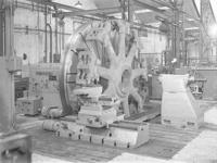 17387 FDHEEMAF058835 Grote kopdraaibank, staande in de Grote Hal van de HEEMAF in Hengelo, 1951-10-20