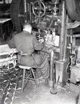 20183 FDHEEMAF058480 Werknemer aan een ponsmachine, 1951-06-20