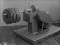 21190 FDHEEMAF3512048 Machine voor het automatisch op de spie laten lopen van rotorblik, 1935-12-01