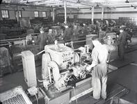 22395 FDHEEMAF058601 Nieuwe machines in de Mechanische Werkplaats II. Opname van achteren, met personeel, 1951-08-18