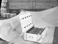 23041 FDHEEMAF059781 Kist met tien Amco-naaimachinemotoren, 1952-10-20