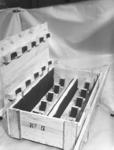 23043 FDHEEMAF059783 Kist met tien Amco-naaimachinemotoren, 1952-10-20