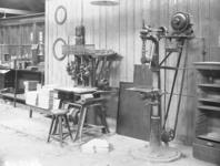23989 FDHEEMAF3612024 Automatische cirkelzaag- en slijpmachine opgesteld in de Gereedschapmakerij, 1936-12-01