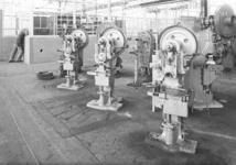 24563 FDHEEMAF4104007 Machinegroep Berrenberg-persen opgesteld in de afdeling Ponserij, 1941-04-01