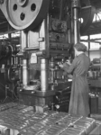 25132 FDHEEMAF3806022 Trekken van telefoonkappen onder Weingarten trekpers, 1938-06-01