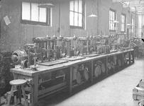 25345 FDHEEMAF3901015 Negen centraal aangedreven boormachines met totaal 17 boorkoppen, in de Kleinboorderij, 1939-01-01