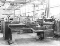25356 FDHEEMAF3901026 Bewerken van stofzuigerbuizen in de afdeling Ge, 1939-01-01