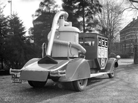 2777 FDHEEMAF053233 Reclameauto met model van een HEEMAF stofzuiger, 1937-02-27