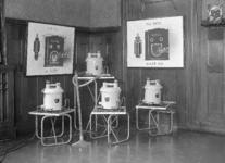 2788 FDHEEMAF053244 Vier stofzuigers en twee reclameplaten t.b.v. de Jaarbeursstand, 1937-03-06