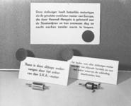 2812 FDHEEMAF053798 Etalagekaarten met op de voorgrond een anker van een HEEMAF stofzuiger en een anker van een vreemd ...