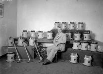 7809 FDHEEMAF053543 De heerSterckel in midden van de eerste serie door HEEMAF geleverde stofzuigers, 1937-08-27
