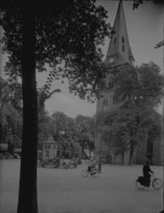 10 FDSPAARNE010 Kerk met plein en reclamezuil. Langs het plein bomen en uitspanningen. Waarschijnlijk gaat hiet hier om ...