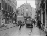 136 Zwolle: Opname in een drukke Luttekestraat, met veel mensen en auto's op straat., 1937-02-27