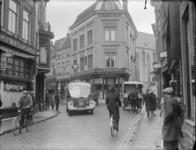 137 Zwolle: Opname in een drukke Luttekestraat, met veel mensen en auto's op straat., 1937-02-27