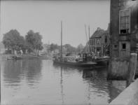 143 Zwolle: Opname van een schip dat aangemeerd ligt aan de Buitenkant. De straat om het Hopmanshuis heen is nog niet ...