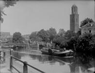 144 Zwolle: Opname van schepen in de stadsgracht ter hoogte van de Jufferenwal, met de Peperbus op de achtergrond., ...
