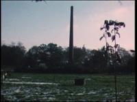 14176 BB00344 Onder grote belangstelling van het publiek wordt de schoorsteen van de melkfabriek neergehaald.