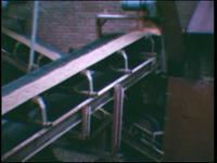 5023 BB07713 Een film met beelden van:- Filmopnames in het schoolgebouw van de Deventer MTS;- Een grote rode Scania ...