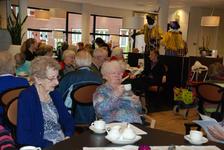 556 DBUITERWIJK-000840 Sint en Piet en bezoek in de Esdoorn, 2012-12-05