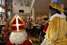 557 DBUITERWIJK-000841 Sint en Piet en bezoek in de Esdoorn, 2012-12-05