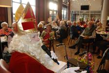 558 DBUITERWIJK-000842 Sint en Piet en bezoek in de Esdoorn, 2012-12-05
