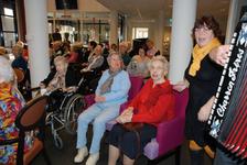561 DBUITERWIJK-000845 Sint en Piet en bezoek in de Esdoorn, 2012-12-05