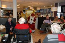 563 DBUITERWIJK-000847 Sint en Piet en bezoek in de Esdoorn, 2012-12-05