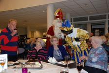 573 DBUITERWIJK-000857 Sint en Piet en bezoek in de Esdoorn, 2012-12-05