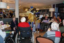 574 DBUITERWIJK-000858 Sint en Piet en bezoek in de Esdoorn, 2012-12-05