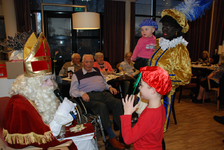 575 DBUITERWIJK-000859 Sint en Piet en bezoek in de Esdoorn, 2012-12-05