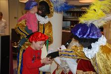 576 DBUITERWIJK-000860 Sint en Piet en bezoek in de Esdoorn, 2012-12-05