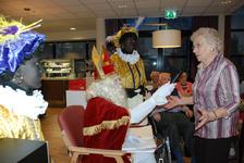 577 DBUITERWIJK-000861 Sint en Piet en bezoek in de Esdoorn, 2012-12-05