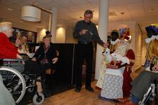 647 DBUITERWIJK-000863 Sint en Piet en bezoek in de Esdoorn, 2012-12-05