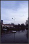 1279 DIA000052 Afbeelding van het kunstwerk in de gracht voor de Rabobank op de Willemskade in Zwolle, gemaakt door A. ...