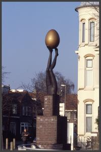 1378 DIA000095 Afbeelding van het kunstwerk (1997) van Iris le Rütte aan de Veerallee in Zwolle, voorstellende een ei ...