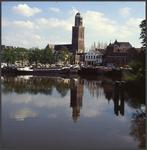6573 DIA022042 De peperbus, Zwolle, op de voorgrond schepen aan de kade van het Rodetorenplein