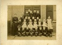 15299 FD017723-01 Schoolfoto van een klas van de lagere school aan de Deventerstraatweg te Ittersum. Links ...