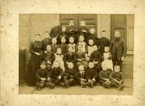 15301 FD017724-01 Schoolfoto van een klas van de lagere school aan de Deventerstraatweg te Ittersum. Rechts ...