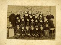 15303 FD017725-01 Schoolfoto van een klas van de lagere school aan de Deventerstraatweg te Ittersum. Links hoofdmeester ...