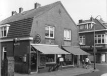 1788 FD000495 Assendorperstraat hoek Begoniastraat met tabakswinkel, postagentschap, spaarbank en kaashandel van ...